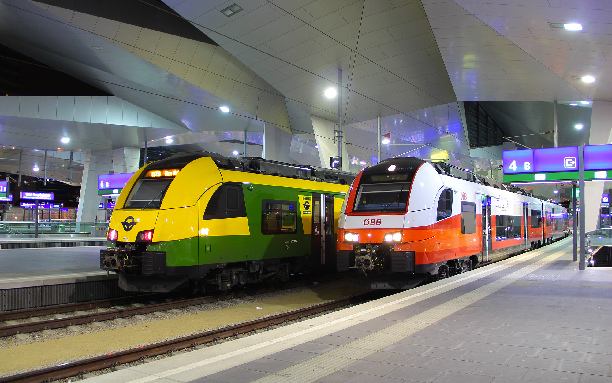 A Siemens Desiro ML of the GySEV meets with a CityJet version of the same type at Vienna's main station. Photo: Braňo Dolník